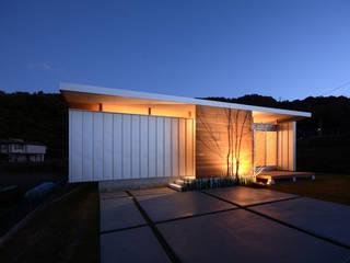 外観夜景: 土居建築工房が手掛けた木造住宅です。