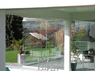 Rahmenlose Schiebetüren für ein Poolhaus in Linz Schmidinger Wintergärten, Fenster & Verglasungen Moderner Wintergarten Glas Transparent