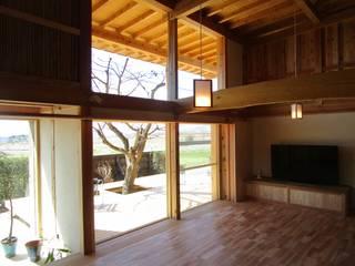 居間と紅葉デッキ: 工作舎が手掛けたリビングです。