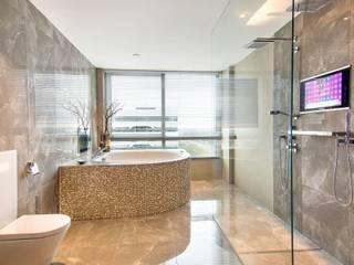 Luxe badkamer met whirlpool bad: moderne Badkamer door Cleopatra BV