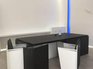 Tavolo Origami design by Giemmecontract realizzato nella finitura Ebano con interni laccati.:  in stile  di Giemmecontract srl.