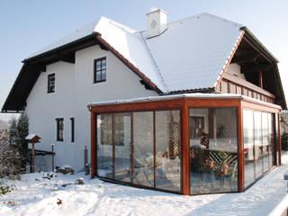 Wintergarten in Holzkonstruktion montiert Schmidinger Wintergärten, Fenster & Verglasungen Klassischer Wintergarten Glas Braun