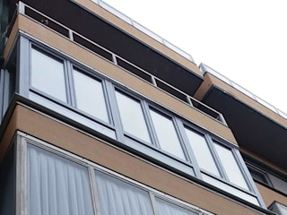Cerramiento de balcón en PVC con acabado metálico de Soluvent Window Solutions Mediterráneo