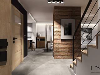 Projekt wnętrza domu jednorodzinnego, Częstochowa Industrialny korytarz, przedpokój i schody od IN studio projektowania wnętrz Industrialny