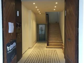 ingresso palazzo - dopo: Spazi commerciali in stile  di Tratto Sottile