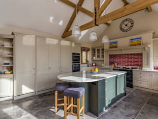Spacious kitchen in Hertfordshire by John Ladbury and Company by John Ladbury and Company Country