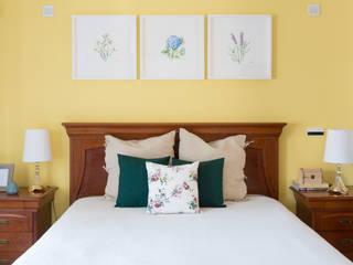 Dormitorios de estilo rural de What She Designs Rural