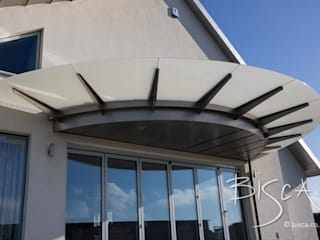 Glass and Steel Semi-Circular Canopy Bisca Staircases Casas unifamilares Vidrio Gris