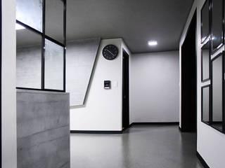 관악 현대아파트: 제시카디자인그룹 의  복도 & 현관
