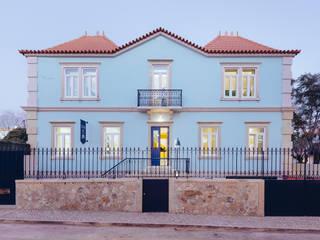 Hostel na Parede: Casas  por AURORA ARQUITECTOS