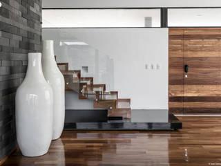 homify Pasillos, halls y escaleras minimalistas
