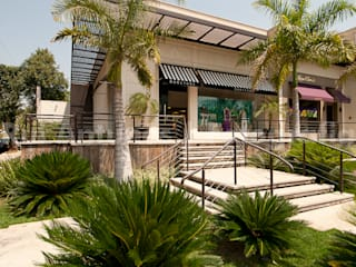 Jardines de estilo tropical de Maria Luiza Aceituno arquitetos Tropical