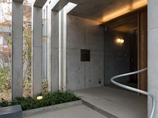 勝間田の家: 岸本泰三建築設計室が手掛けた廊下 & 玄関です。