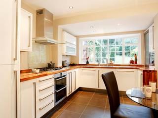 Kitchen Modern kitchen by Workz Services LLP Modern