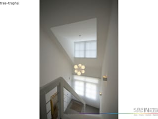Corridor & hallway by KleurInKleur interieur & architectuur, Minimalist