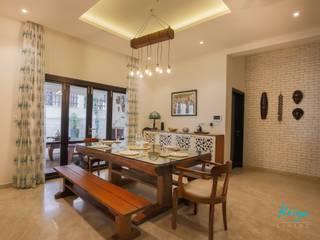 Classic Revive - Prestige Oasis:  Dining room by KRIYA LIVING