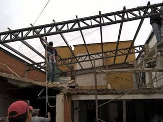CONSTRU/ARQ: Construya Ud.una Arquitectura de manera PLANIFICADA, INTELIGENTE Y SEGURA Negozi & Locali commerciali in stile industrial