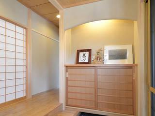 桧の香りに包まれる家: 株式会社菅野企画設計が手掛けた廊下 & 玄関です。,