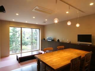 家族全員が趣味をお持ちの家: 株式会社菅野企画設計が手掛けたアジア人です。,和風