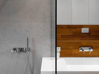 Podwójna umywalka w nowoczesnej łazience Nowoczesna łazienka od Luxum Nowoczesny