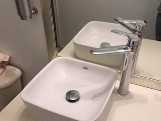 : modern Bathroom by Hall Arquitectos