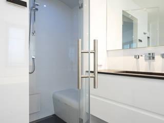 Cleopatra ligbad en stoomcabine met glazen deur:  Badkamer door Cleopatra BV