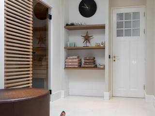 Cleopatra sauna met klassieke details:  Badkamer door Cleopatra BV