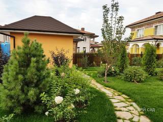 Газон и дорожка из натурального камня:  в . Автор – Цветущий сад