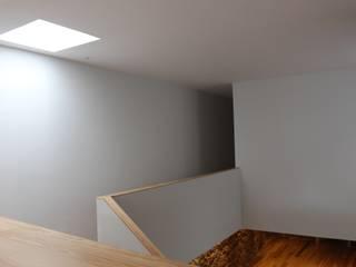 Minimalist corridor, hallway & stairs by ARCHÉ Minimalist