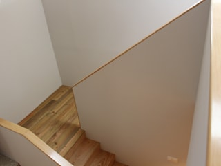 Residência Paroquial de Penafiel | P07.05 2014 : Escadas  por ARCHÉ,Minimalista