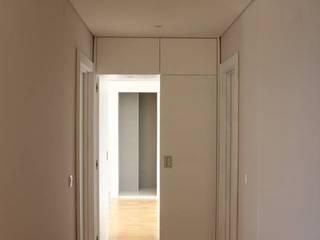Apartamento Costa Cabral | P2015.604: Corredores e halls de entrada  por ARCHÉ,Minimalista
