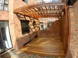 PÉRGOLA, DECK Y MURO DE AGUA MODE ARQUITECTOS SAS Balcones y terrazas de estilo moderno Madera