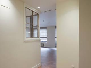 Sube Interiorismo Bilbao reforma integral de vivienda en Bilbao Pasillos, vestíbulos y escaleras de estilo clásico de Sube Susaeta Interiorismo Clásico