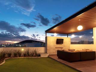 CASA CONDESA JURIQUILLA: Terrazas de estilo  por EZ HOMES