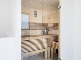 Moderne Cleopatra sauna met glazen deur: moderne Badkamer door Cleopatra BV