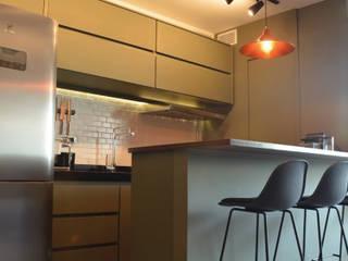 Apartamento CFAL: Armários e bancadas de cozinha  por Panapaná • Estúdio de Projetos