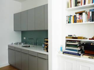 cuisine bibliothèque: Cuisine intégrée de style  par Catherine Vieira Architecte