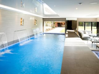 Private pool with lower garden access: modern Spa by Design by UBER