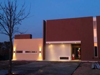 Vivienda en Haras Santa María: Casas unifamiliares de estilo  por Montaggio Arquitectura en Seco