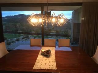 espaço de jantar com glamour: Salas de jantar modernas por Alpha Details