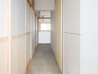 芦花公園の住宅: Camp Design inc.が手掛けた廊下 & 玄関です。