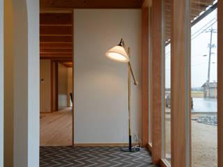 Pasillos y vestíbulos de estilo  de 風景のある家.LLC, Escandinavo Madera Acabado en madera