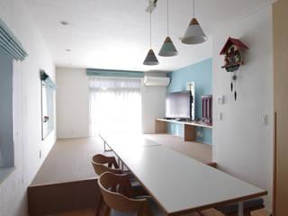 鵠沼の住宅: ピークスタジオ一級建築士事務所が手掛けたリビングです。
