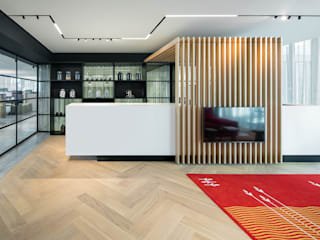 Herringbone office floor :  Kantoorgebouwen door Uipkes Wood Flooring