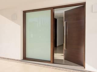 LEGNO enchapado en cedro: Edificios de Oficinas de estilo  por Maretich Aberturas de Madera