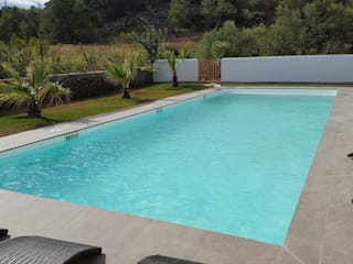 Modern pool by Oplus piscines Modern