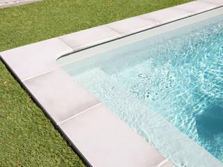 Escalier d'angle + plage de piscine: Piscines  de style  par Oplus piscines