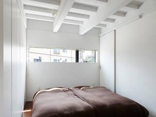 新屋敷の家: 小松隼人建築設計事務所が手掛けた寝室です。