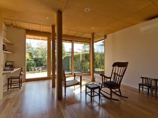 Salon de style  par エイチ・アンド一級建築士事務所 H& Architects & Associates