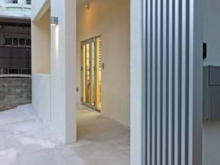 アプローチ: 株式会社青空設計が手掛けた二世帯住宅です。